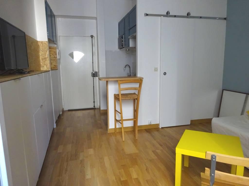 location meubl e studio 17 m paris 10e 17 m 735 e de particulier particulier pap. Black Bedroom Furniture Sets. Home Design Ideas