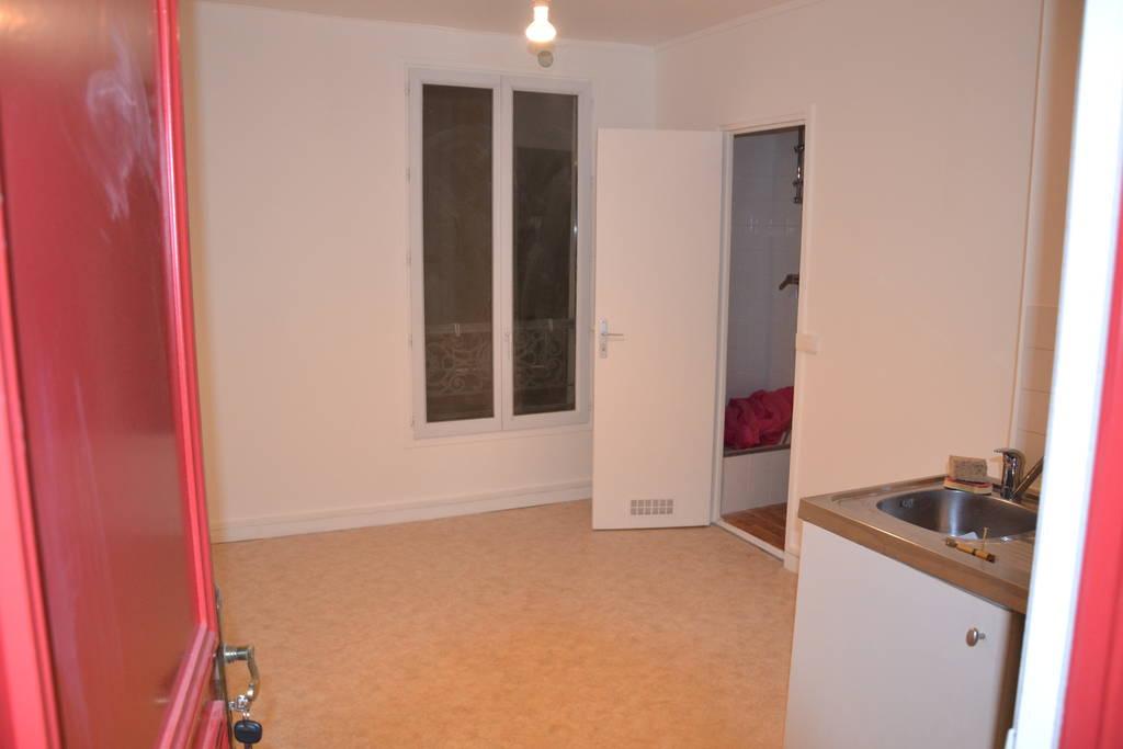location studio 13 m paris 18e 13 m 505 de particulier particulier pap. Black Bedroom Furniture Sets. Home Design Ideas