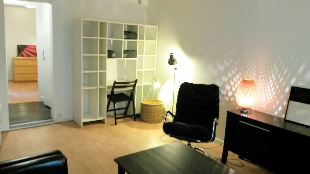 location appartement 2 pi ces 31 m paris 18e 31 m 950 de particulier particulier pap. Black Bedroom Furniture Sets. Home Design Ideas
