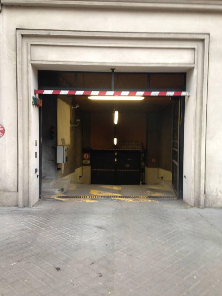 Location garage parking neuilly sur seine 92200 130 for Location garage orleans particulier